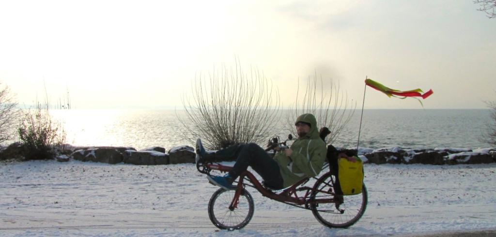 Mathieu en vélo couché dans la neige
