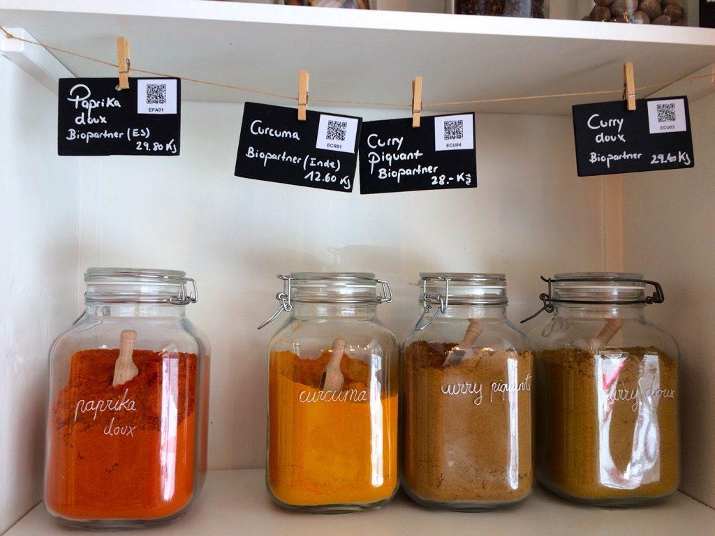epicerie-cooperative-participative-suisse-chez-emmy-epice-bocaux-curcuma-curry-qrcode-etiquettage